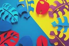 夏天热带植物背景 Monstera留下框架 上色充满活力 纸裁减样式 图库摄影
