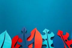 夏天热带植物背景 Monstera留下框架 上色充满活力 纸裁减样式 免版税库存照片