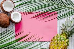 夏天热带水果的概念 菠萝、cocount和棕榈在木桌背景顶视图大模型分支 库存图片