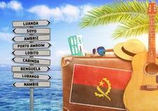 夏天的概念移动带着老手提箱的和安哥拉镇签字 免版税库存照片