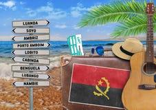 夏天的概念移动带着老手提箱的和安哥拉镇签字 库存图片