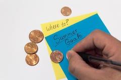 夏天目标储款 夏天计划攒钱 ?? 稠粘的笔记递文字和便士 免版税库存照片