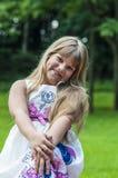 夏天礼服的一个小女孩在公园走 库存图片
