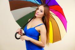 夏天礼服的妇女拿着五颜六色的伞 库存图片