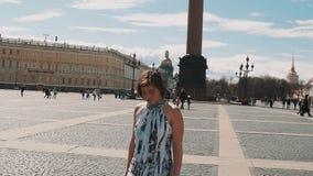夏天礼服的年轻俏丽的妇女唱歌在宫殿正方形的在圣彼得堡 股票视频
