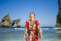 夏天礼服的年轻愉快和俏丽的旅游亚裔韩国妇女享受热带天堂海滩假日摆在的嬉戏在fron 图库摄影