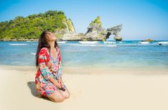夏天礼服的年轻愉快和俏丽的旅游亚裔韩国妇女享受热带天堂海滩假日摆在的嬉戏在fron 免版税库存图片