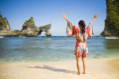 夏天礼服的年轻愉快和俏丽的旅游亚裔韩国妇女享受热带天堂海滩假日的摆在胳膊打开了fre 库存图片