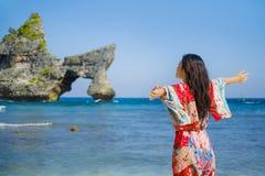 夏天礼服的年轻愉快和俏丽的旅游亚裔韩国妇女享受热带天堂海滩假日的摆在胳膊打开了fre 库存照片