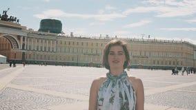 夏天礼服的快乐的女孩唱歌在宫殿正方形的在圣彼得堡 影视素材