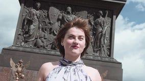 夏天礼服的快乐的女孩在宫殿正方形的亚历山大专栏前面 股票视频