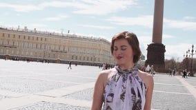 夏天礼服的快乐的妇女唱歌在宫殿正方形的在圣彼得堡 股票视频
