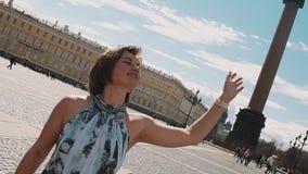 夏天礼服的快乐的妇女唱歌在宫殿正方形的在圣彼得堡 影视素材