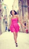 夏天礼服-愉快的美丽的妇女在威尼斯 库存图片