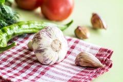 夏天礼物新鲜的大蒜,红色蕃茄,绿色莳萝,在厨房用桌上的葱 健康的食物 免版税库存照片