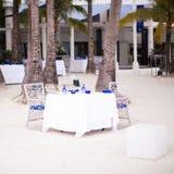 夏天空的露天桌为晚餐设置了  库存图片