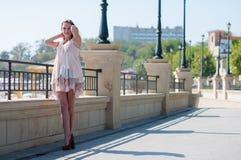 夏天米黄礼服的女孩 免版税图库摄影