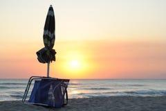夏天结束,日落在海滩 免版税库存照片