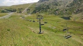 夏天绿色滑雪倾斜和推力空中英尺长度  股票录像