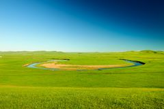 夏天绿色草原和弯曲河 免版税库存照片