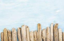 夏天背景,漂流木头海洋项目,海在与拷贝空间的土耳其玉色木头反对 免版税库存照片