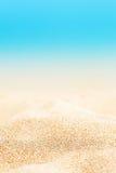 夏天背景-与金黄沙子的晴朗的海滩 图库摄影