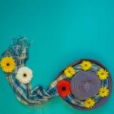 夏天背景-用红色,黄色流程装饰的太阳蓝色帽子 免版税库存照片