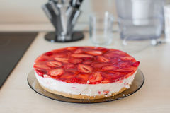 夏天自创乳酪蛋糕有草莓侧视图 库存图片