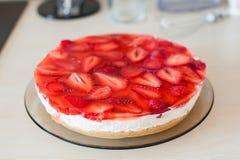 夏天自创乳酪蛋糕用草莓 图库摄影