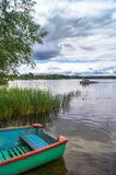 夏天自然平静的和谐  在湖塞利格,特维尔地区的多云天空 免版税库存照片