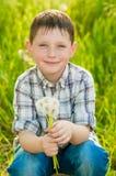 夏天自然的男孩用蒲公英 库存图片