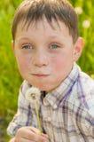 夏天自然的男孩用蒲公英 免版税库存照片