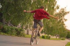 夏天自由 骑自行车的人乘车而去没有手 库存图片