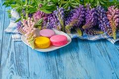 夏天花和蛋白杏仁饼干在桌上 免版税库存图片