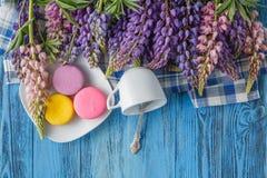 夏天花和蛋白杏仁饼干在桌上 库存图片