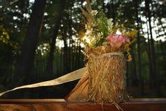 夏天花束在日落的一个森林-婚礼装饰里 库存照片