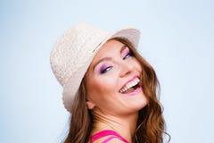 夏天草帽的妇女在顶头微笑 库存照片