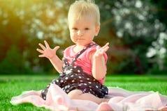夏天草甸的小女孩 免版税库存图片