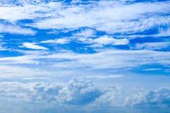 夏天蓝天背景和白色云彩Cloudscape在太阳 免版税库存照片