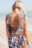 夏天蓝色礼服的年轻白肤金发的妇女 免版税图库摄影