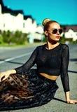 夏天行家的美丽的年轻白肤金发的式样女孩在街道穿衣 库存照片