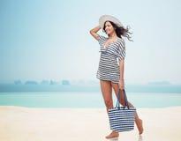 夏天衣裳和太阳帽子的愉快的少妇 免版税库存图片