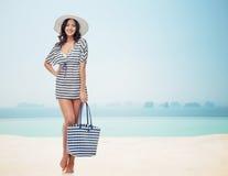 夏天衣裳和太阳帽子的愉快的少妇 免版税图库摄影