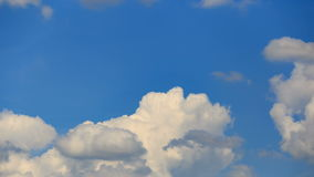 夏天覆盖一堆云
