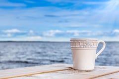 夏天视图-反对天际的杯子用蓝天和水 免版税库存图片