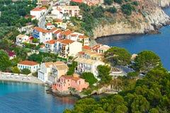 夏天视图Assos村庄(希腊, Kefalonia) 免版税库存图片