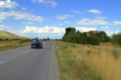 夏天路移动的汽车 免版税图库摄影