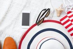 夏天辅助部件帽子和袋子在白色木背景 免版税库存照片