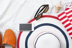 夏天辅助部件帽子和袋子在白色木背景 图库摄影