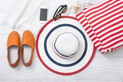 夏天辅助部件帽子和袋子在白色木背景 库存照片